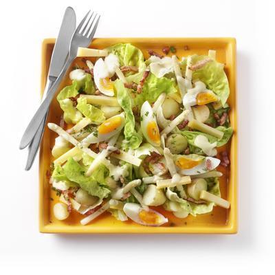 meal salad with asparagus, bacon and farm cheese