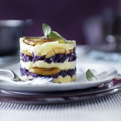 tartlet with red cabbage, apple and sage