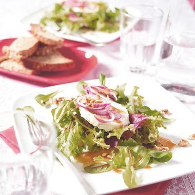 green salad with goat cheese and walnut dressing