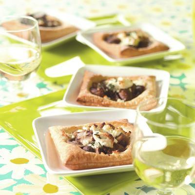 puff pastry cakes with goat's cheese and mushrooms