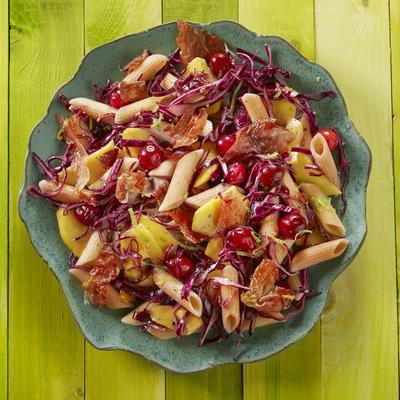 pasta salad with red cabbage, mango and crispy ham