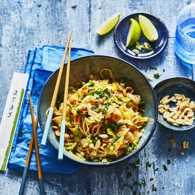 stir fried noodles with shrimps and leeks