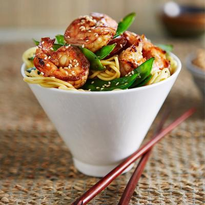 ketjap noodles with snow peas and prawns
