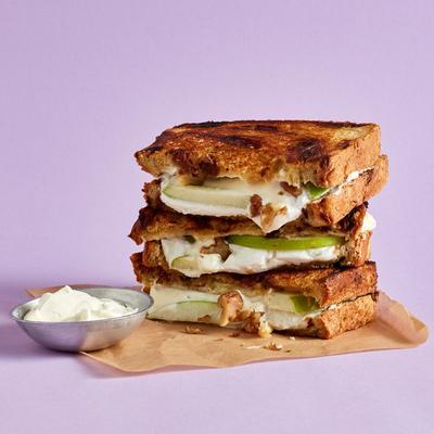 currant bread toast with apple and goat's cheese