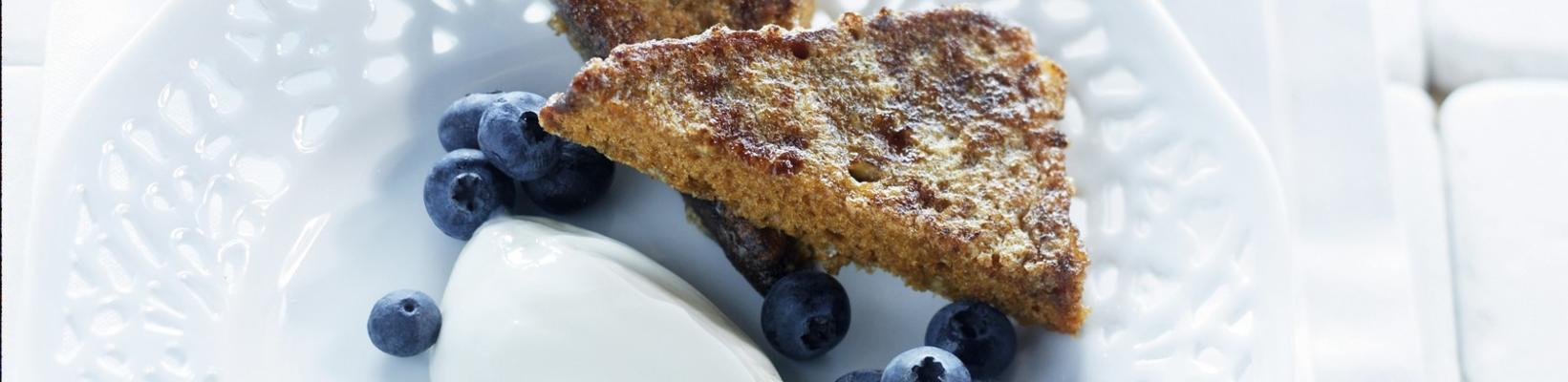 French toast of gingerbread with blueberries and hanging cup
