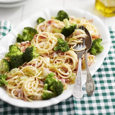 spaghetti carbonara with broccoli