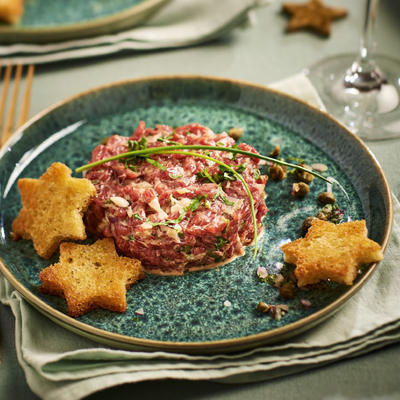 steak tartare with toast