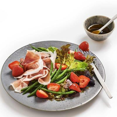 strawberry salad raw ham