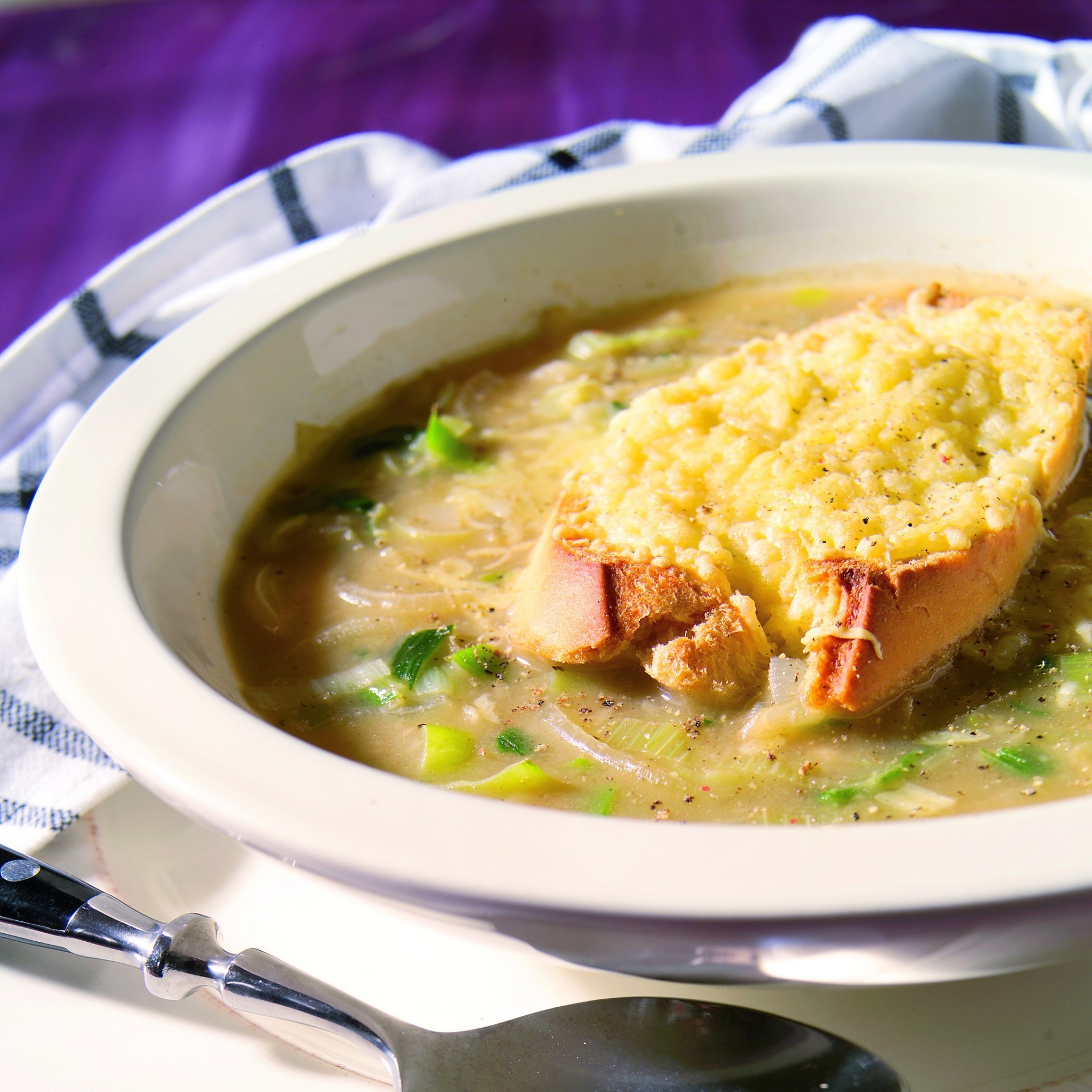 Quick onion leek soup with cheese