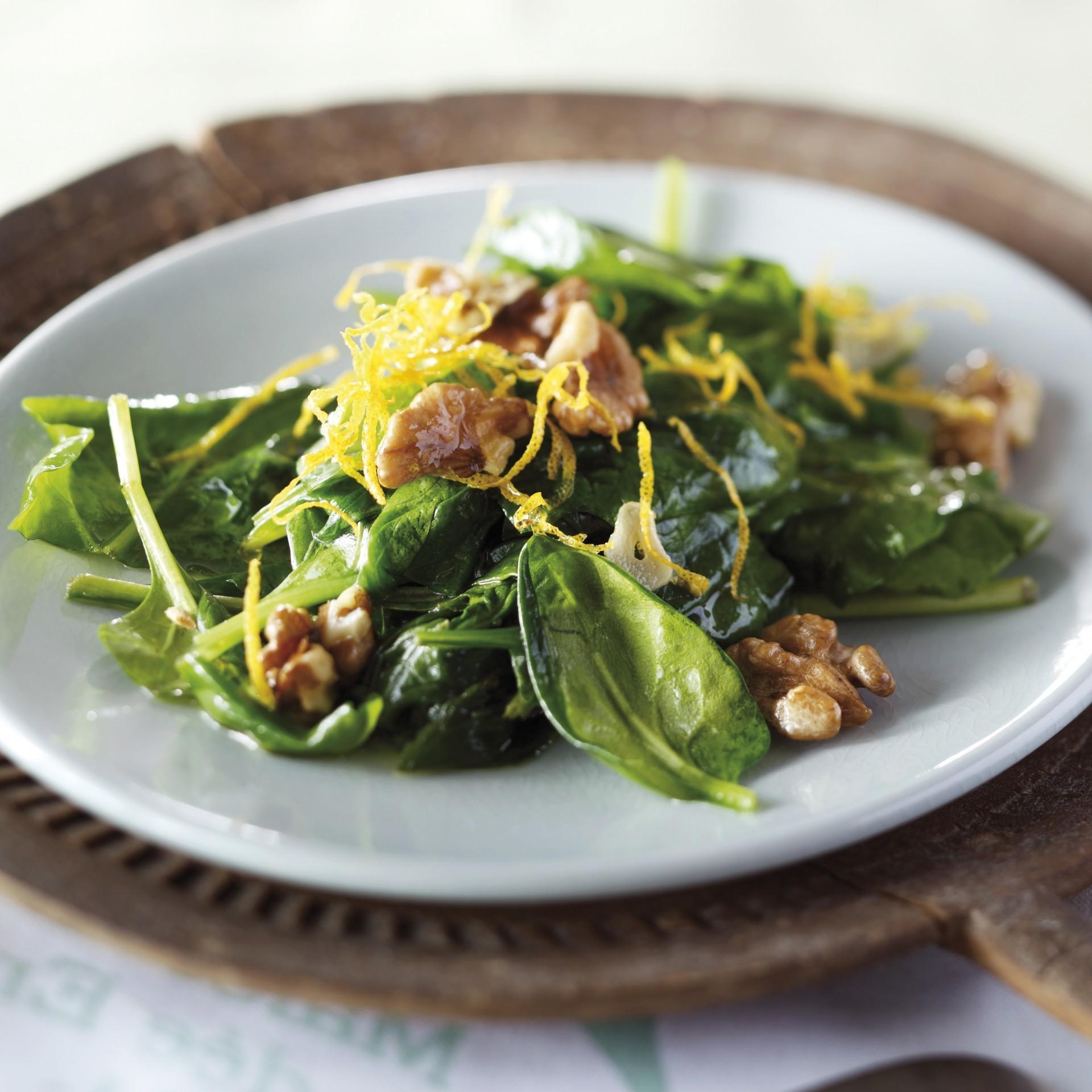 Stir-fried spinach with walnuts