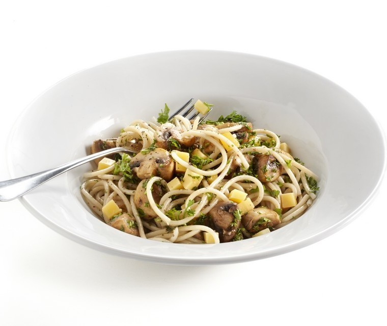 Spaghetti with mushrooms, cheese and herbs