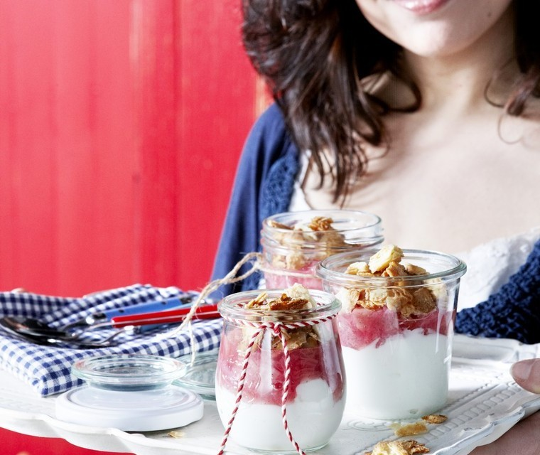 Yoghurthangop with rhubarb and almondcrunch