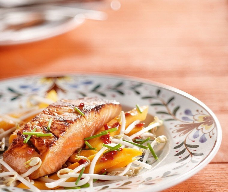 Roasted salmon with red pepper dressing