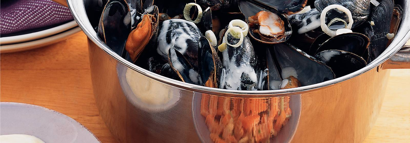 Mussel pan with garlic sauce and raw vegetables