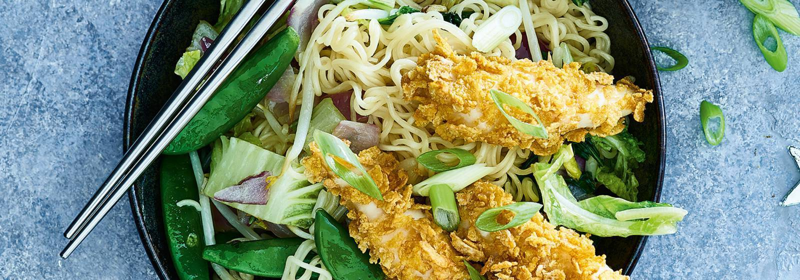 Fried noodles with vegetables and garlic chicken
