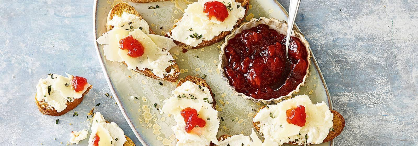 Bruschette with ricotta and strawberry jam